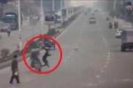 Clip: Chạy sang đường, cô gái húc văng 2 người đi xe máy