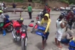 Clip: Xe tải chở nước giải khát bị lật, dân Philippines đổ xô đi 'hôi của'