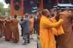 Video 3 sư thầy lao vào ẩu đả ngay trong chùa gây 'bão' Trung Quốc