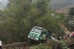 Sập cầu ở Yên Bái, xe tải treo lơ lửng trên cầu
