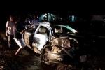 Ô tô bị tàu hoả tông nát bét, cả gia đình thương vong