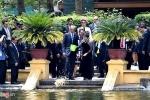 Chủ tịch Quốc hội Nguyễn Thị Kim Ngân hướng dẫn Tổng thống Mỹ cho cá ăn tại ao cá Bác Hồ