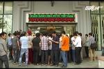 Clip: Người dân hào hứng xếp hàng mua tiền lưu niệm 100 đồng