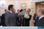 Video: Putin tặng chim ưng cho Quốc vương Qatar