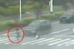 Clip: Lao sang đường kiểu 'cố đấm ăn xôi', thiếu nữ bị 2 ôtô cán thảm khốc