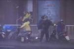 Đài Loan: Kinh hoàng siêu bão Dujuan thổi bay người trên phố