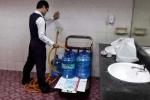 Nhân viên sân bay lấy nước từ toilet cho vào bình nước