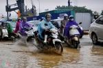 Tắc đường hơn 3 tiếng trong mưa, dân Hà Nội như đi qua mùa lũ