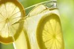 Ngăn ngừa sỏi thận bằng cách uống nước chanh
