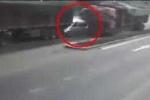 Clip: Kinh hoàng ôtô con bị 2 container kẹp nát