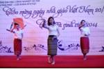 Nữ sinh Lào khoe điệu múa truyền thống mừng thầy cô