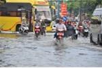 Cần Thơ mưa lớn, đường biến thành sông