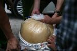 CSGT Hà Nội bắt xe chở hàng tấn mỡ bẩn bốc mùi hôi thối