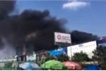 Cháy lớn gần sân bay Tân Sơn Nhất, khói đen kín trời