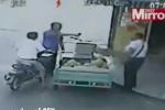 Mâu thuẫn nhỏ, 2 gã đàn ông dùng dưa hấu tấn công nhau giữa phố