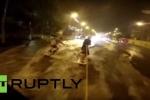 Clip: Lướt sóng trên dòng nước lũ trong thành phố