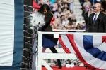 Đệ nhất phu nhân Michelle Obama đập sâm panh rửa tội cho tàu ngầm