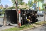 Xe tải nổ lốp, tông sập một đoạn dải phân cách
