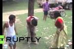 Clip: Kẻ tình nghi quấy rối phụ nữ bị dân làng trói vào cây, đánh đập