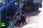 Clip: Rơi vào điểm mù, xe máy bị đốn ngã, cuốn vào gầm xe tải