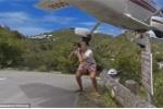Clip: Cố chụp ảnh máy bay hạ cánh, du khách suýt 'đầu lìa khỏi cổ'