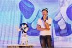 Sinh viên trổ tài điều khiển robot múa hát, chuyển bánh