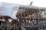 Sập giàn giáo xây dựng cây xăng, 10 công nhân gặp nạn