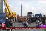 Đường lún, xe đầu kéo rơi container ở TP.HCM