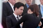 Hoa hậu Thu Thảo chỉnh lại trang phục cho bạn trai trước giờ đón ông Obama