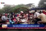Chỉ có ở Việt Nam: Tàu hỏa phanh gấp 'nhường' xe máy qua đường ray