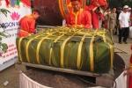 Clip: Cận cảnh gói bánh chưng khổng lồ 2,5 tấn dâng lễ Giỗ Tổ Hùng Vương