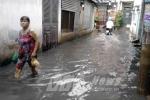 Mưa kết hợp triều cường, dân Sài Gòn lại lội nước bẩn
