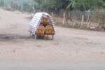 Phản đối thu hồi đất, dân đặt 3 chiếc quan tài giữa đường
