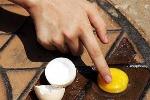 Trời nóng, rán trứng ngay trên…nắp cống
