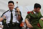 Chiến sĩ công an hào hứng hiến máu hưởng ứng tháng thanh niên