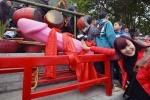 Video: Lễ hội 'rước của quý' trần trụi gây tranh cãi ở Lạng Sơn