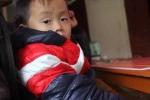 Cặp song sinh 3 tuổi chống gậy tiễn mẹ ra nghĩa trang đã được mặc áo ấm