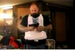 Video: Cầm súng ngắn tự bắn mình để khoe áo giáp