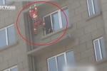 Clip: Lính cứu hỏa tung cước đạp bay người cô gái định nhảy lầu tự tử