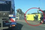 Video: Xe cứu thương gặp tai nạn trên đường đi cấp cứu