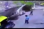 Clip: Kinh hoàng bức tường bỗng nhiên đổ sập xuống người đi đường