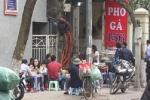 Ngang nhiên 'cướp vỉa hè', chặn cổng cơ quan nhà nước làm bãi đỗ xe ở Hà Nội
