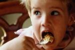 Cảnh báo cha mẹ không nên cho trẻ ăn nhiều ngũ cốc