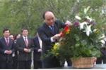 Thủ tướng đặt hoa, trồng cây lưu niệm bên tượng đài Bác Hồ tại Matxcova