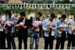 Hàng trăm đàn ông thay vợ 'cho con bú'