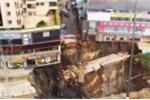 Clip: Kinh hoàng công trường xây dựng sập xuống hố tử thần khổng lồ