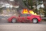 Chủ nhân Ferrari 360 bất lực nhìn siêu xe bốc cháy