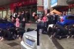 Clip: Không đạt doanh số, nhân viên bán hàng 'tự nguyện' bò lê trên đường