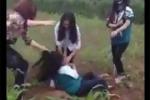 Phẫn nộ clip nữ sinh bị đánh hội đồng dã man, nhiều người đứng cổ vũ reo hò