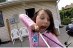 Clip: Cô bé 'bá đạo' tự nhổ răng bằng ná bắn tên
